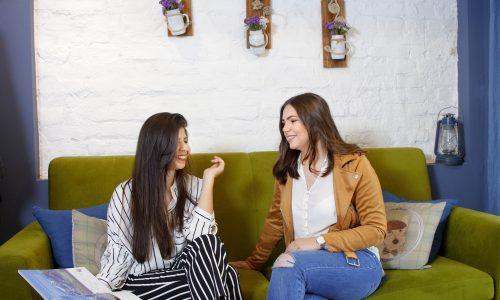 За локация на фотосесията двете момичета избраха малко бутиково кафе, съхраняващо уюта и нежността на пастелни цветове и пролетни цветя.