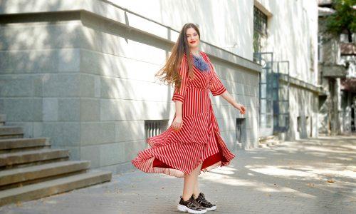 Може и да се завърти, за да се зарадва на ефирната си рокля - както, когато е била малка – радостна, ефирна и по детски.
