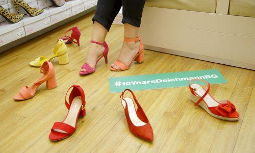 Водещо в избора на обувки в магазина на Deichmann бе желанието на Валентина да се чувства нежна и елегантна. Заедно с Ванина избраха красиви и удобни сандали с дебел ток, чийто каишки изкусно подчертават извивките на крака.