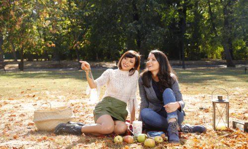Две слънчеви момичета сред кехлибарена приказка.