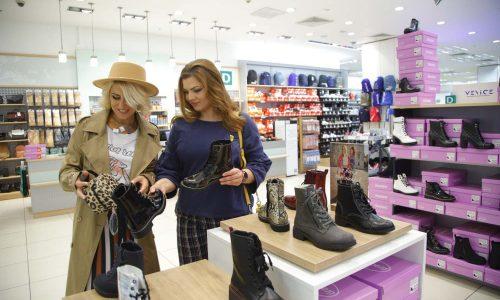 Втората спирка по модното трасе беше, разбира се, магазинът на Deichmann. Погледите на момичетата бяха вперени в най-новата колекция есен/зима 2019, където ботите с връзки превземат топ трендовете!