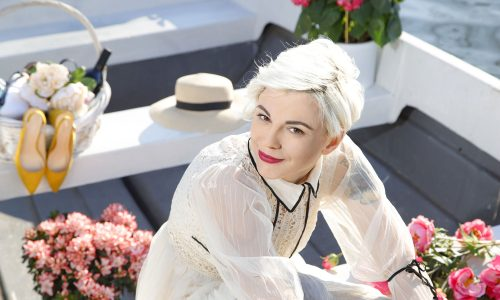 Тя е Диана Симеонова. Нашето мартенско момиче! Пристрастена е към модата, а обувките и чантите са запазена марка на нейния личен стил.