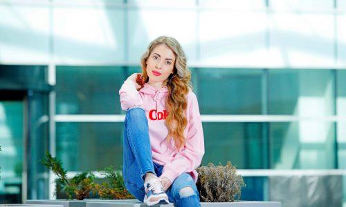 Това е Велина Велкова - нашата победителка за м. април. Тя е на 19 г., учи Хотелиерски мениджмънт, обича да спортува, да излиза с приятели, да се забавлява и да пазарува.